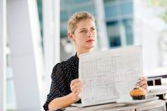 Женщина с газетами стоковые изображения rf
