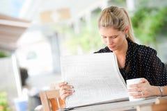 Женщина с газетами стоковое фото rf