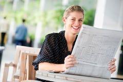 Женщина с газетами стоковое изображение