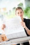 Женщина с газетами стоковое фото