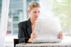 Женщина с газетами стоковые изображения
