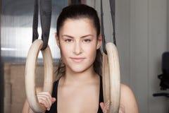 Женщина с гимнастикой звенит смотрящ crossfit фитнеса камеры Стоковые Фотографии RF