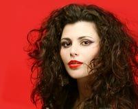 Женщина с глянцеватыми здоровыми волосами, предпосылкой салона красотки Стоковое Изображение