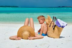 Женщина с годовалым мальчиком 3 на пляже стоковые изображения rf