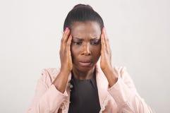 Женщина с головной болью и строгой мигренью стоковое фото
