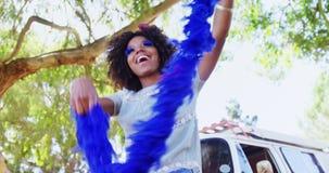Женщина с голубыми танцами меха на музыкальном фестивале 4k сток-видео