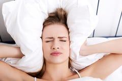 Женщина с головной болью стоковые изображения rf