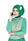 Женщина с головным шарфом вызывая телефоном Стоковая Фотография RF