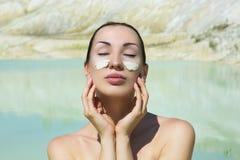 Женщина с голубой маской ухода за лицом глины Красотка и здоровье Курорт переплюнет Стоковые Изображения RF