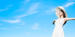 Женщина с голубым shy стоковое изображение