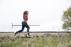 Женщина с грабл в хмеле на дне Стоковые Изображения RF