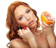Женщина с грейпфрутом Стоковые Изображения RF