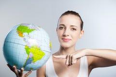 Женщина с глобусом Стоковые Изображения RF