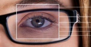 Женщина с деталью коробки фокуса глаза над стеклами и линиями Стоковое Изображение RF