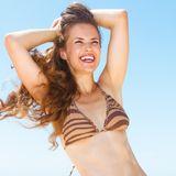 Женщина с длинными волосами брюнет на береге моря смотря в расстояние стоковые фотографии rf