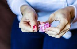 Женщина с длинными красными ногтями извлекая маникюр стоковая фотография