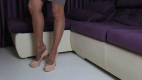Женщина с длинными ногами кладет на высокие пятки акции видеоматериалы