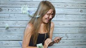 Женщина с дождем мобильного телефона и денег сток-видео