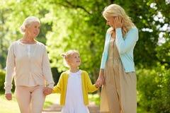 Женщина с дочерью и старшей матерью на парке Стоковое Изображение RF