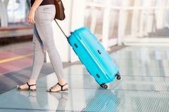 Женщина с ее багажом на вокзале стоковое изображение rf