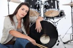 Женщина с ее комплектом барабанчика Стоковое фото RF