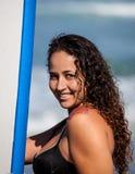 Женщина с ее surfboard Стоковые Изображения