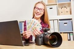 Женщина с деньгами заработка камеры Стоковое фото RF