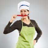 Женщина сдерживая перец горячего chili Стоковые Изображения RF