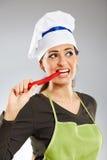 Женщина сдерживая перец горячего chili Стоковое Изображение RF
