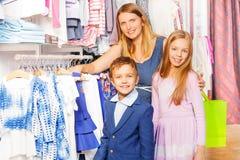 Женщина с 2 детьми в торговом центре Стоковые Фото
