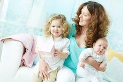 Женщина с детьми Стоковые Фото