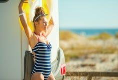 Женщина с желтый раздувной lifebuoy смотреть в расстояние стоковые изображения rf