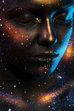Женщина с закрытыми глазами и темным искусством стороны Стоковое Фото