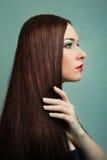 Женщина с здоровыми длинними волосами. стиль причёсок Стоковые Изображения RF