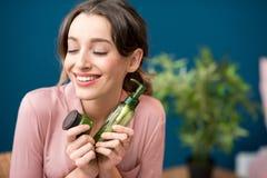 Женщина с зелеными косметиками внутри помещения Стоковая Фотография