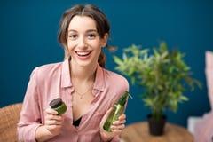 Женщина с зелеными косметиками внутри помещения Стоковые Фото