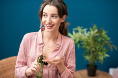 Женщина с зелеными косметиками внутри помещения Стоковые Изображения