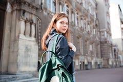 Женщина с зеленым рюкзаком идя вокруг старого города Стоковое Изображение
