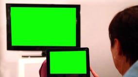 Женщина с зеленым экраном Ipad мирит ТВ акции видеоматериалы