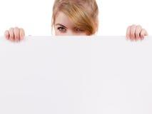 Женщина с знаком знамени доски пустого представления Стоковая Фотография RF