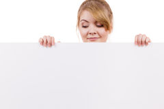 Женщина с знаком знамени доски пустого представления Стоковое Изображение RF