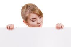 Женщина с знаком знамени доски пустого представления Стоковые Фотографии RF