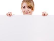 Женщина с знаком знамени доски пустого представления Стоковые Фото