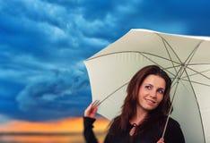 Женщина с зонтиком в дождливом дне стоковые изображения rf