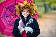 Женщина с зонтиком в парке осени Стоковое Изображение RF