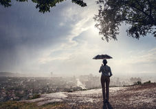Женщина с зонтиком и городским пейзажем стоковая фотография rf