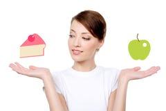 Женщина с здоровой принципиальной схемой еды стоковые фотографии rf