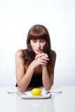 Женщина с лимоном стоковое изображение rf