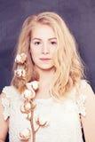 Женщина с длинними светлыми волосами Стоковые Изображения
