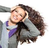 Женщина с длинним вьющиеся волосы стоковые изображения rf